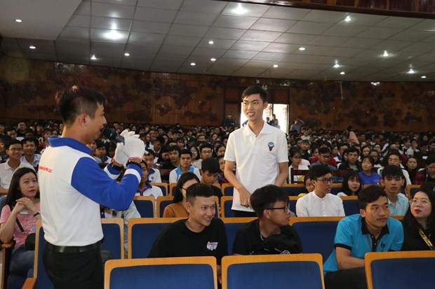 Can Tho students trained on safe driving hinh anh 1
