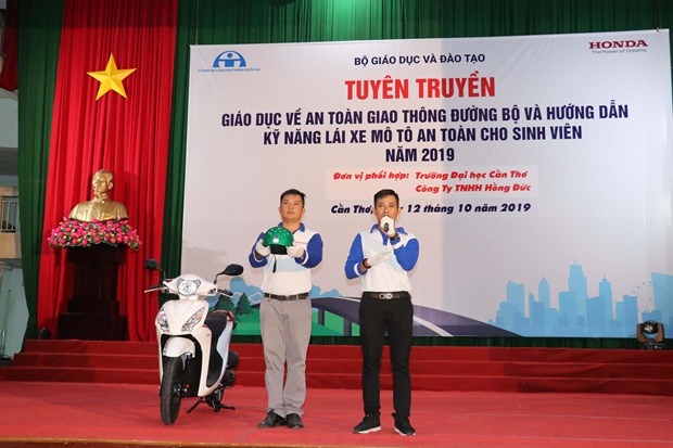 Can Tho students trained on safe driving hinh anh 2