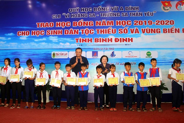 Scholarships granted to disadvantaged students in Binh Dinh hinh anh 1