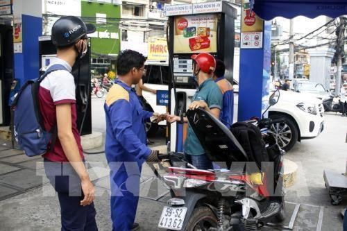 Petrol prices slightly drop after recent hike hinh anh 1