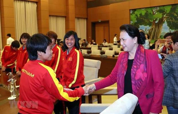 NA Chairwoman meets with national female footballers hinh anh 1