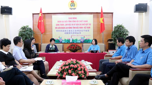 Vietnamese, Chinese provinces boost ties in trade union activities hinh anh 1