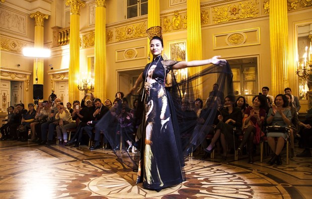 Vietnamese silk, brocade fashion show held in Russia hinh anh 1