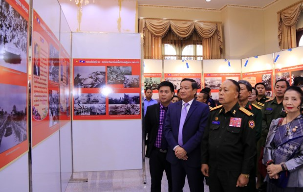 Photo exhibition on Vietnamese voluntary soldiers, experts in Laos hinh anh 1