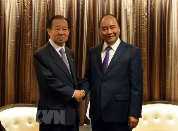 PM Nguyen Xuan Phuc receives Japanese LDP Secretary General hinh anh 1