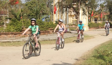 Hue plans to launch bike tourism service hinh anh 1