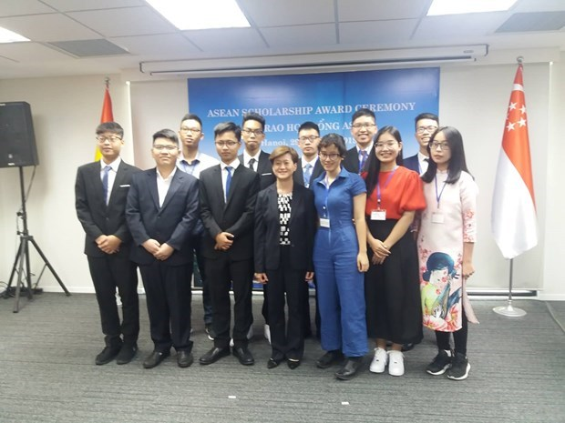 Singapore presents ASEAN Scholarships to Vietnamese students hinh anh 1