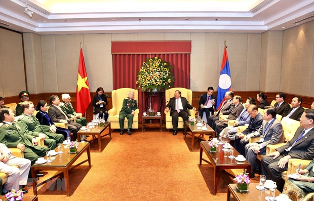 Lao Party-State leader meets former Vietnamese voluntary soldiers, experts hinh anh 1