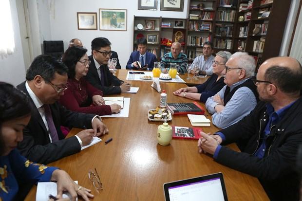 Hanoi officials visit Argentina, Peru hinh anh 1