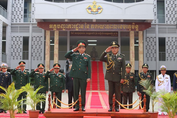 High-level military delegation wraps up visit to Cambodia hinh anh 1