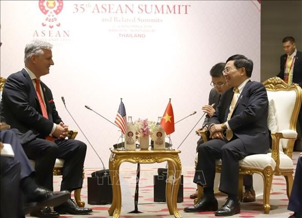 Deputy PM Minh meets US President's Special Envoy on ASEAN 35 sidelines hinh anh 1