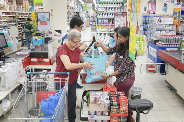 Singaporean retailer extends plastic-bag-charging drive for one year hinh anh 1