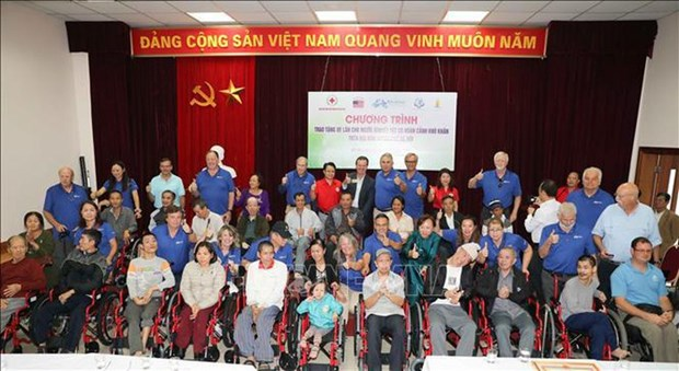 160 wheelchairs presented to Hanoi disabled hinh anh 1