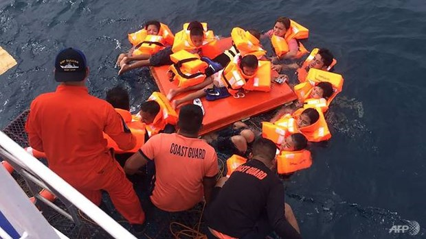 Philippines: Ferry carrying 60 people capsizes at sea hinh anh 1
