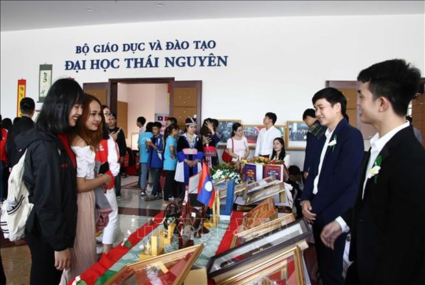 Lao students explore Vietnamese culture hinh anh 1