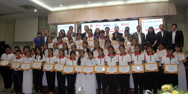 Thai firm presents scholarships to needy Vietnamese students hinh anh 1