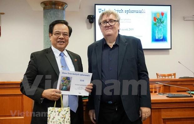 Czech-Vietnamese encyclopaedia wins Czech literature award hinh anh 1