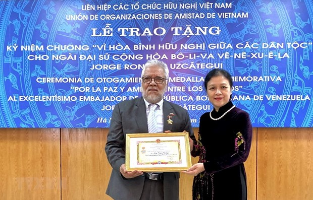 Venezuelan ambassador honoured with friendship medal hinh anh 1