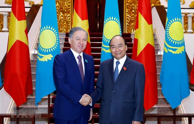 PM receives Kazakhstan's lower house leader hinh anh 1