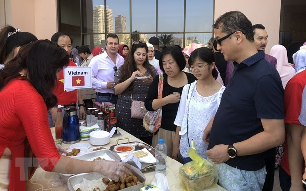 Vietnam attends int'l charity bazaar in Egypt hinh anh 1