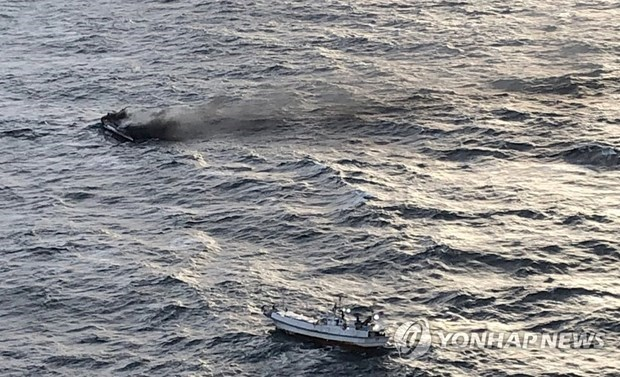 Six Vietnamese fishermen missing in boat fire offshore RoK's island hinh anh 1