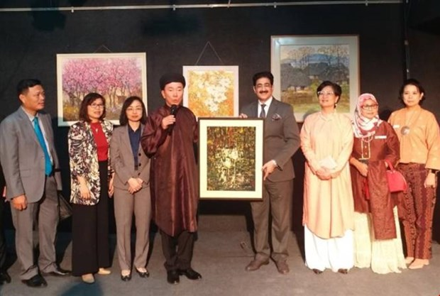 Exhibition on Vietnamese paintings opens in India hinh anh 1