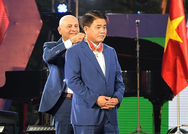 Hanoi mayor honoured with Italy's Order of Merit hinh anh 1