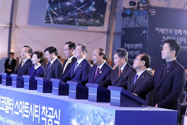 PM Nguyen Xuan Phuc attends groundbreaking ceremony of smart city in Busan hinh anh 1