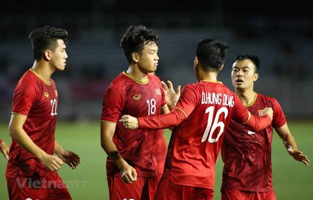 PM Nguyen Xuan Phuc congratulates Vietnam's men football team hinh anh 1
