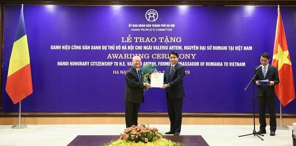 Hanoi presents honorary citizenship title to former Romanian Ambassador hinh anh 1