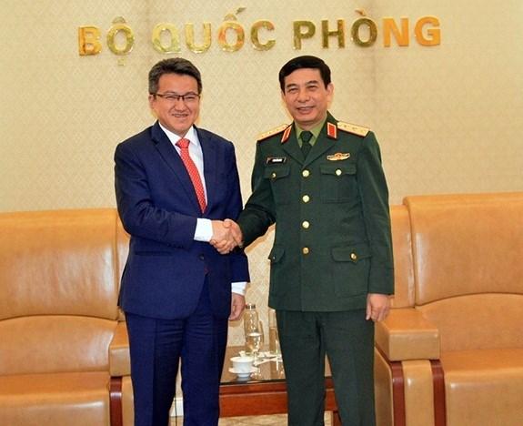 Deputy Defence Minister Phan Van Giang receives Malaysian counterpart hinh anh 1