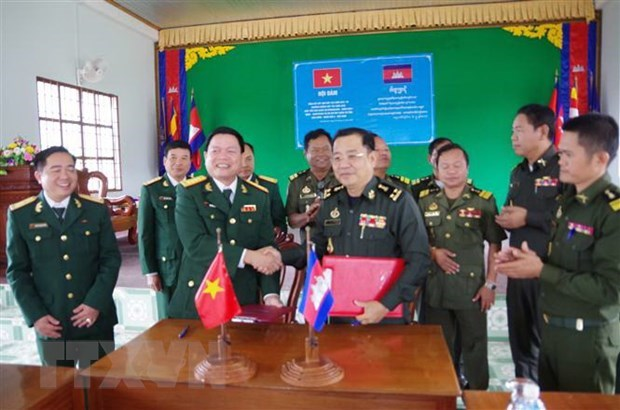 Armed forces of Vietnamese, Cambodian localities step up ties hinh anh 1