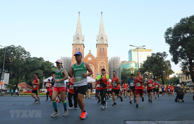 Nearly 13,000 runners compete in HCM City International Marathon hinh anh 1