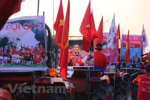Thousands of Vietnamese fans welcome athletes home hinh anh 1