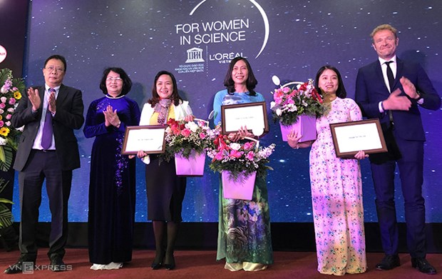 Female scientists receive L'Oreal-UNESCO awards hinh anh 1