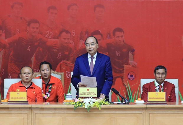 PM praises success of men's and women's football teams at SEA Games hinh anh 1