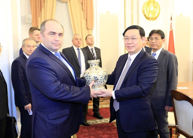 Deputy PM holds talks with Belarusian counterpart hinh anh 1