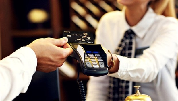 Banks issues more chip cards for security hinh anh 1