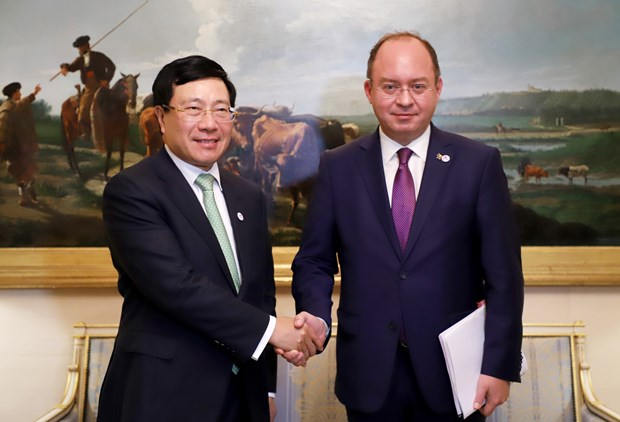 Vietnam boosts bilateral, multilateral ties on ASEMFMM14 sidelines hinh anh 1