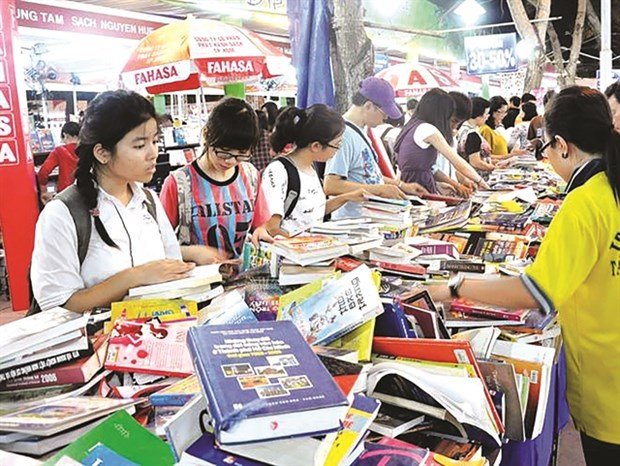Christmas book fair opens in HCM City hinh anh 1