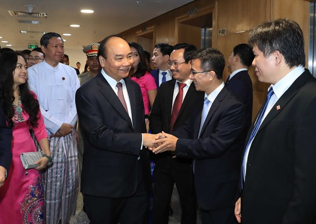 PM visits Vietnam's investment establishments in Myanmar hinh anh 1