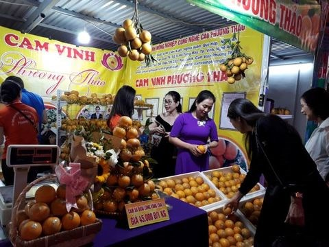 Vinh oranges and Nghe An specialties week opens in Hanoi hinh anh 1