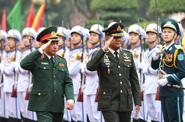 Chief of Thai Defence Forces pays official visit to Vietnam hinh anh 1