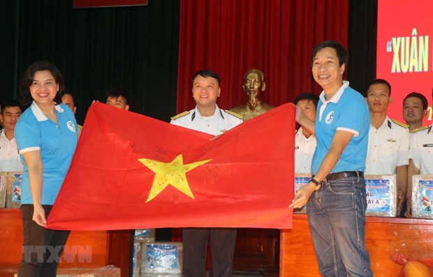 Tet gifts presented to soldiers on Truong Sa, DK1 platform hinh anh 1