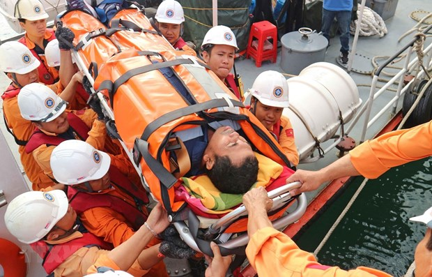 Indonesian comatose sailor brought ashore for treatment hinh anh 1