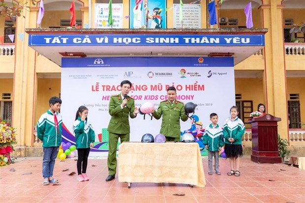 Helmets for Kids taken to one more northern school hinh anh 1