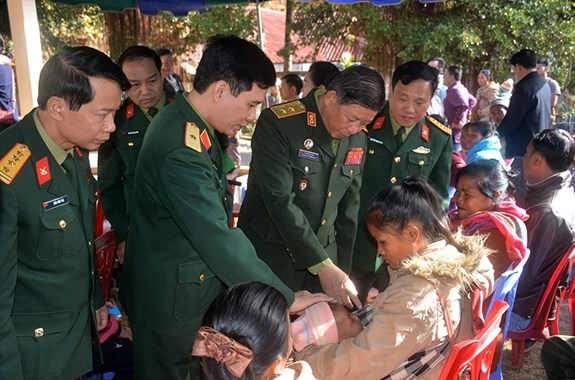 Vietnamese, Laos armies join hands in public health care hinh anh 1