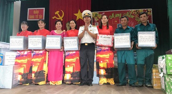 Tet gifts presented to soldiers on Song Tu Tay island hinh anh 1