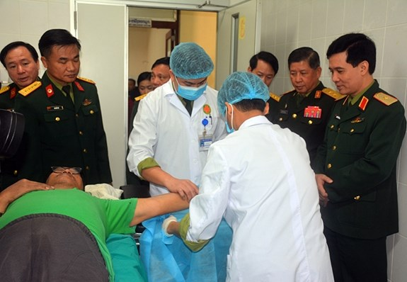 Vietnamese, Lao armies provide health care for 11,660 people hinh anh 1