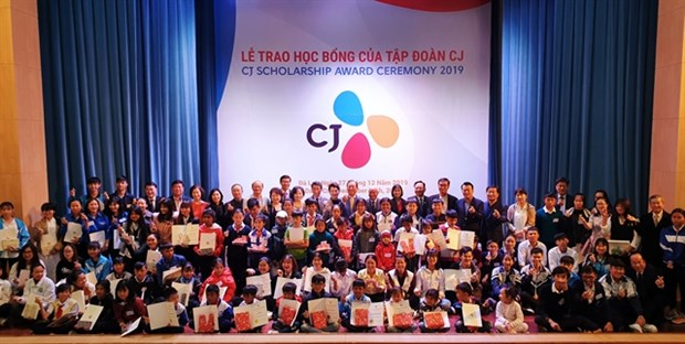 Korean group grants scholarships to poor students in Lam Dong hinh anh 1